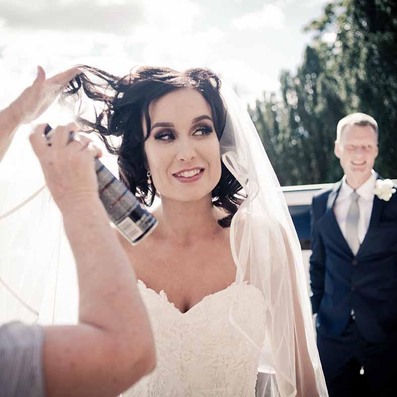 Bruden iklædte sig sin brudekjole